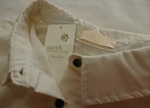 メチャカリで借りたアースミュージックアンドエコロジーの白シャツ