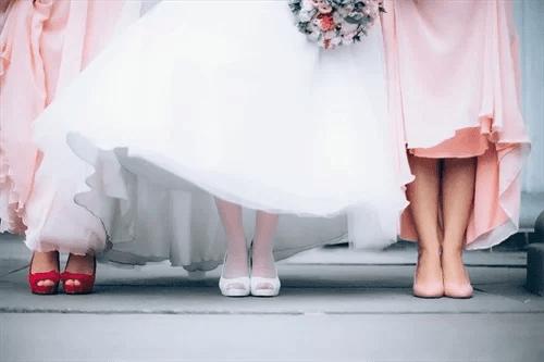 花嫁と結婚式ゲストの足元