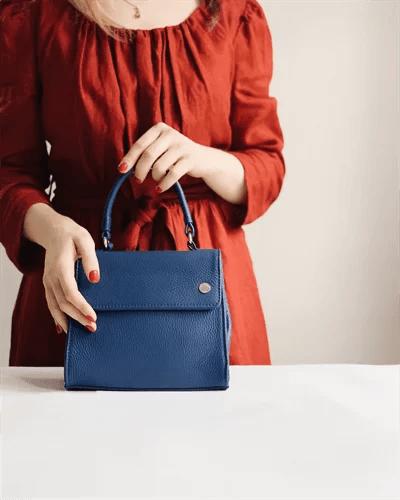 バッグを大切そうに持つ女性