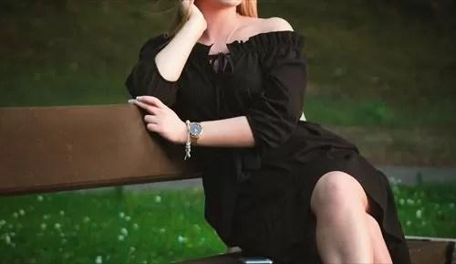 黒いドレスを着た女性