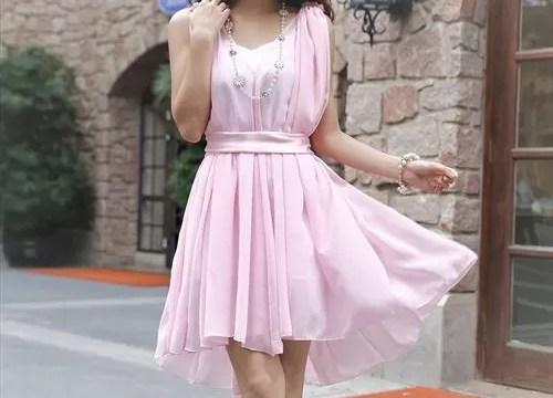 ピンクのドレスの女性