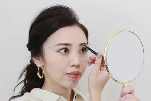 眉頭を描く玉村麻衣子さん