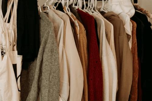 服がいっぱいのクローゼット