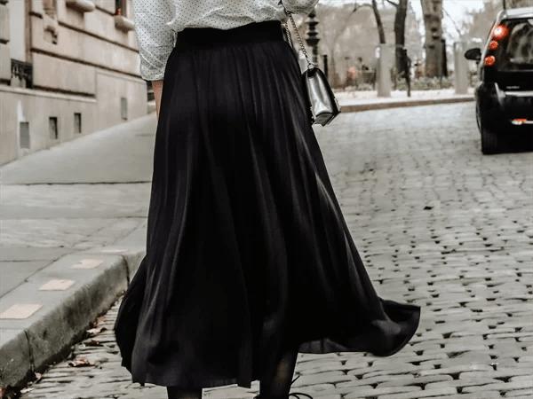 フレアスカートの女性