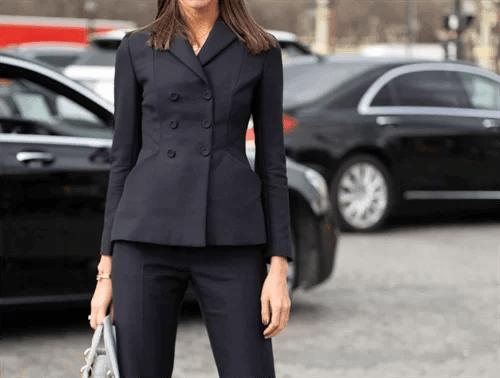 黒いスーツを着た女性
