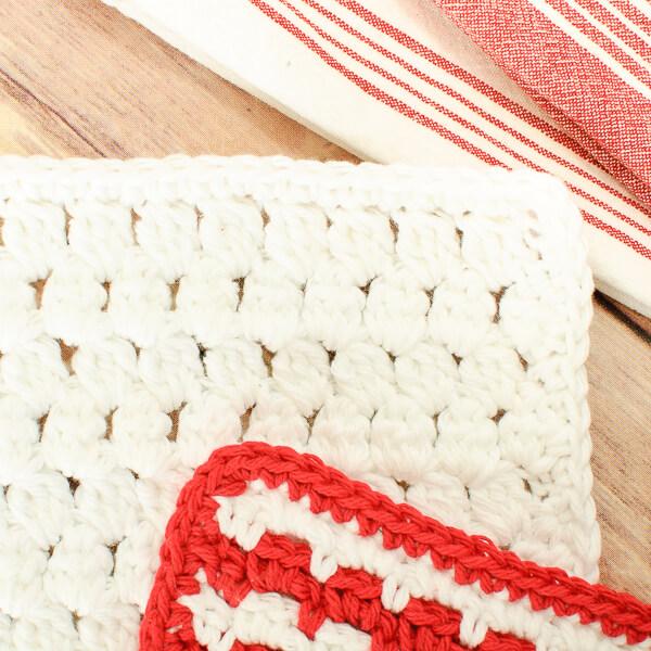 Cluster Stitch Crochet Dishcloth Pattern | www.petalstopicots.com | #crochet #dishcloth #washcloth #kitchen #pattern