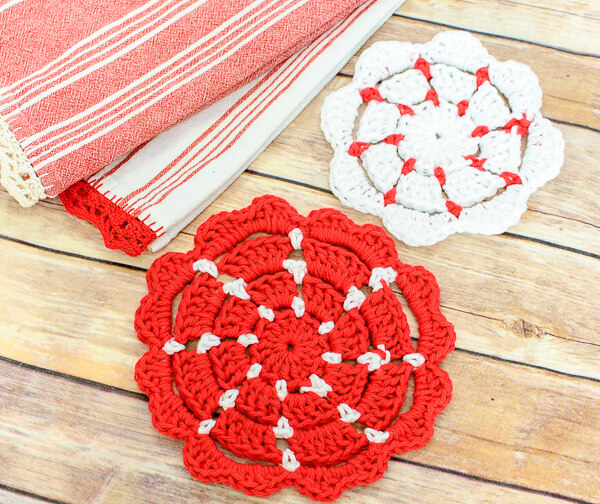 Crochet Potholder Patterns - large and small sizes | www.petalstopicots.com