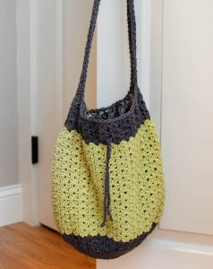 Summer Crochet Bag Pattern | www.petalstopicots.com | #crochet #pattern #bag #tote #purse #summer