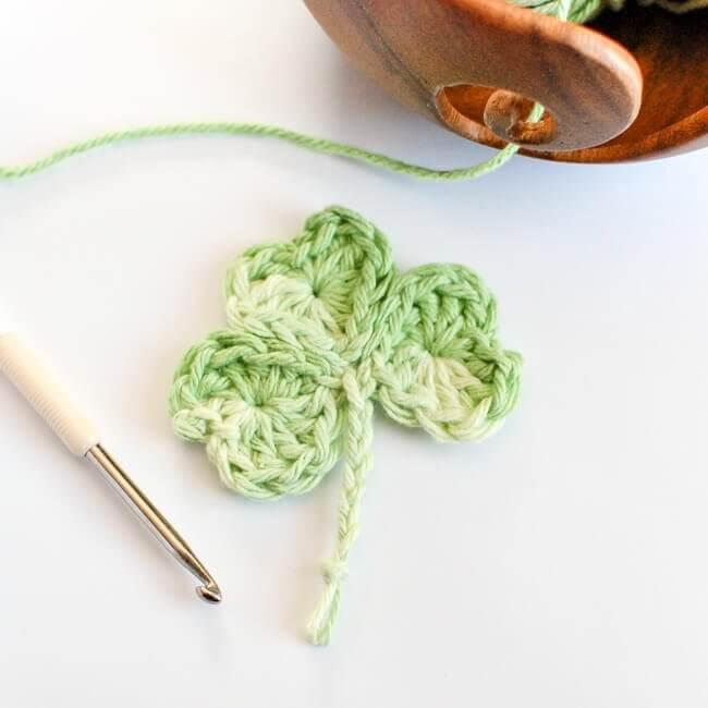 Easy Shamrock Crochet Pattern | www.petalstopicots.com