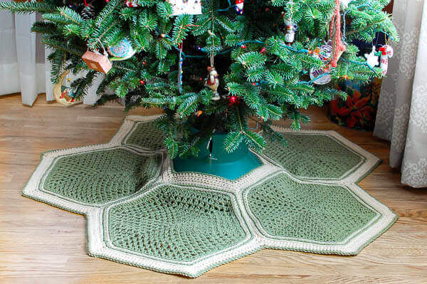 Granny Hexagon Crochet Tree Skirt Pattern | www.petalstopicots.com | #crochet #Christmas