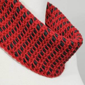 Reversible Colorplay Cowl Crochet Pattern | www.petalstopicots.com | #crochet