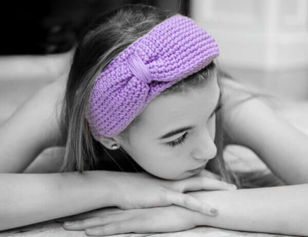 Bow Headband Crochet Pattern | www.petalstopicots.com | #crochet