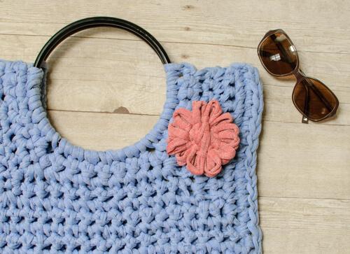 Hamptons Tote ... T-Shirt Yarn Crochet Bag Pattern | www.petalstopicots.com