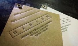 Vaatteen tuotelappu kierrätettyä aaltopahvia, metallisella ripustusrenkaalla