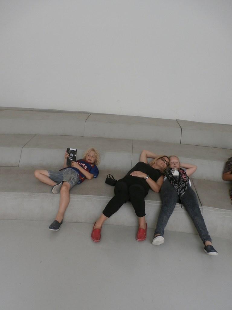 Paul, Gigi und Lili Androsch erschöpft bei der Biennale (2015)</br>Foto: privat