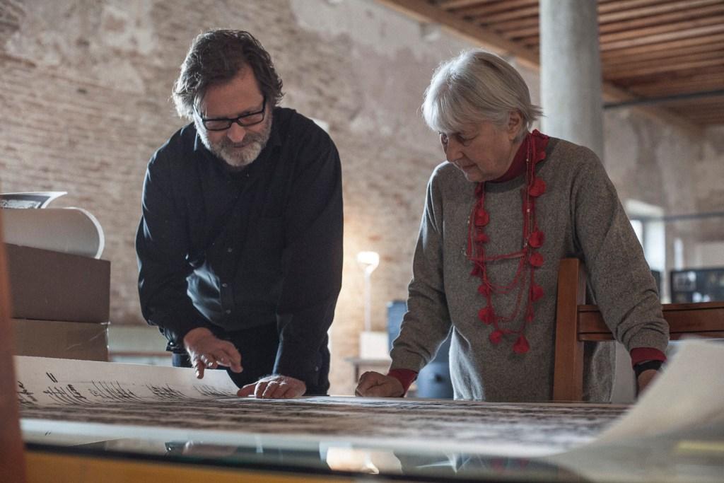 Peter Androsch überreicht seine großen Schönberg-Phonographien Nuria Schönberg-Nono im Archivio Luigi Nono in Venedig (2015)</br>Foto: Florian Schwarz