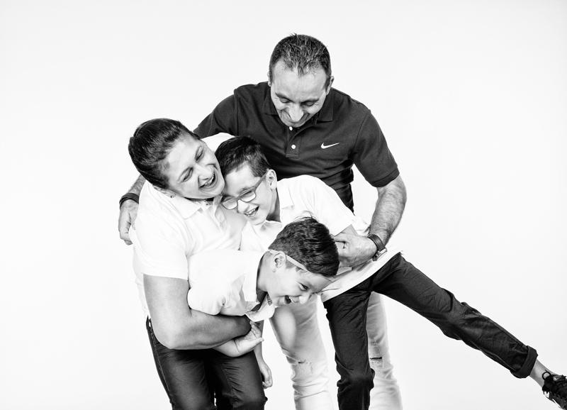 witzige familienfotos im fotostudio