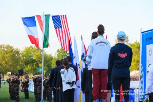 Pódium zászlókkal