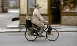 Der Komiker Jacques Tati auf dem Fahrrad