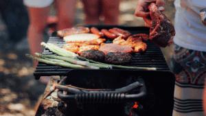 バーベキューで焼かれたお肉