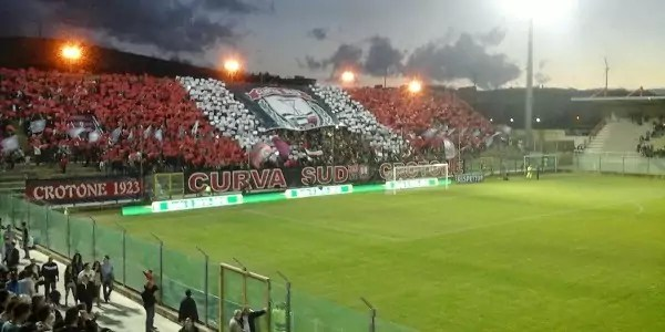 Il Crotone batte il Cagliari 3 a 1 e riconquista il primo posto in classifica