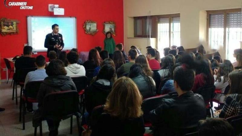 Gli alunni delle scuole medie di Roccabernarda incontrano l'Arma, confronto sulla legalità