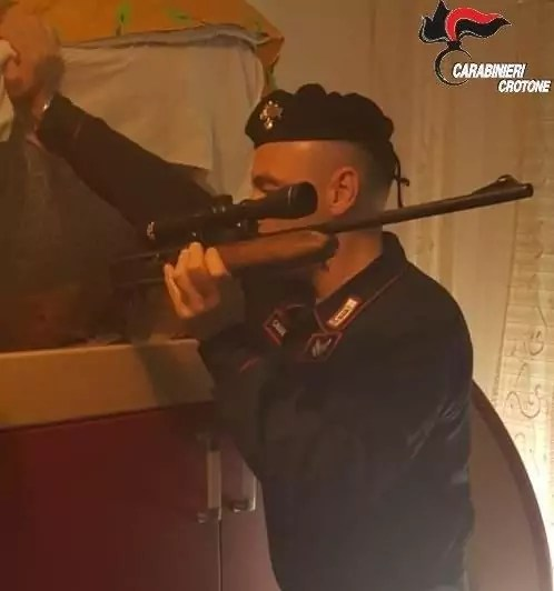 Arrestato 27enne a Scandale per detenzione illegale di armi