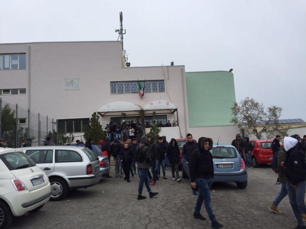 Crotone: gli studenti del nautico abbandonano le aule per il troppo freddo