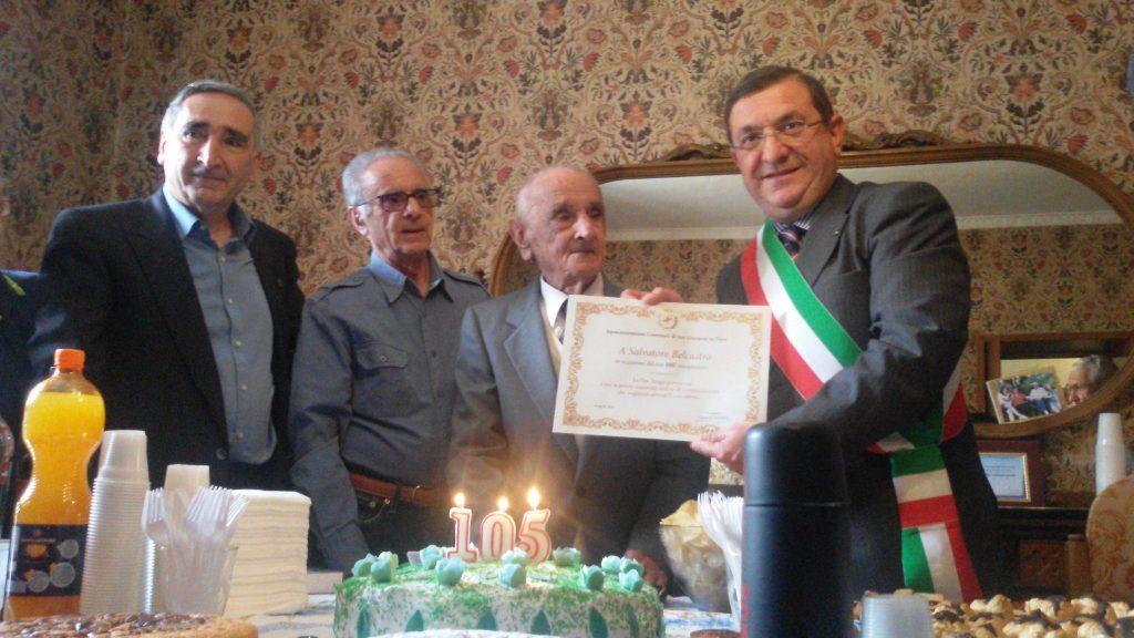 Salvatore Belcastro di 105 anni all'inaugurazione del monumento per Mamma Giuseppina