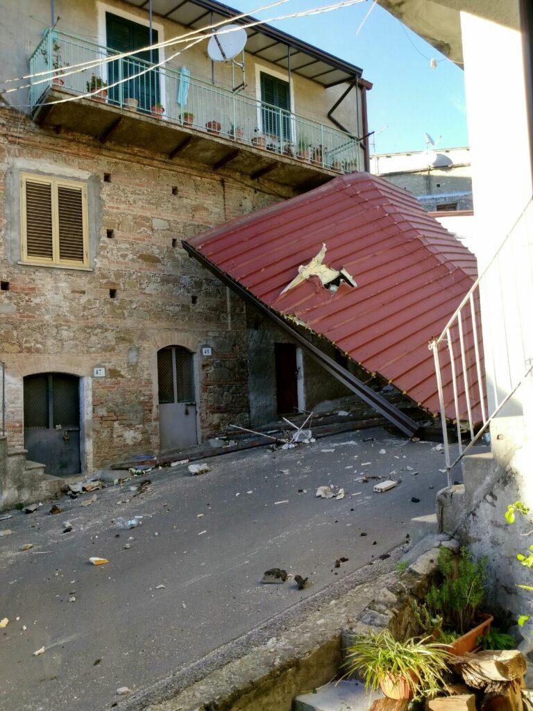 Ancora danni dovuti al forte vento, domani scuole chiuse