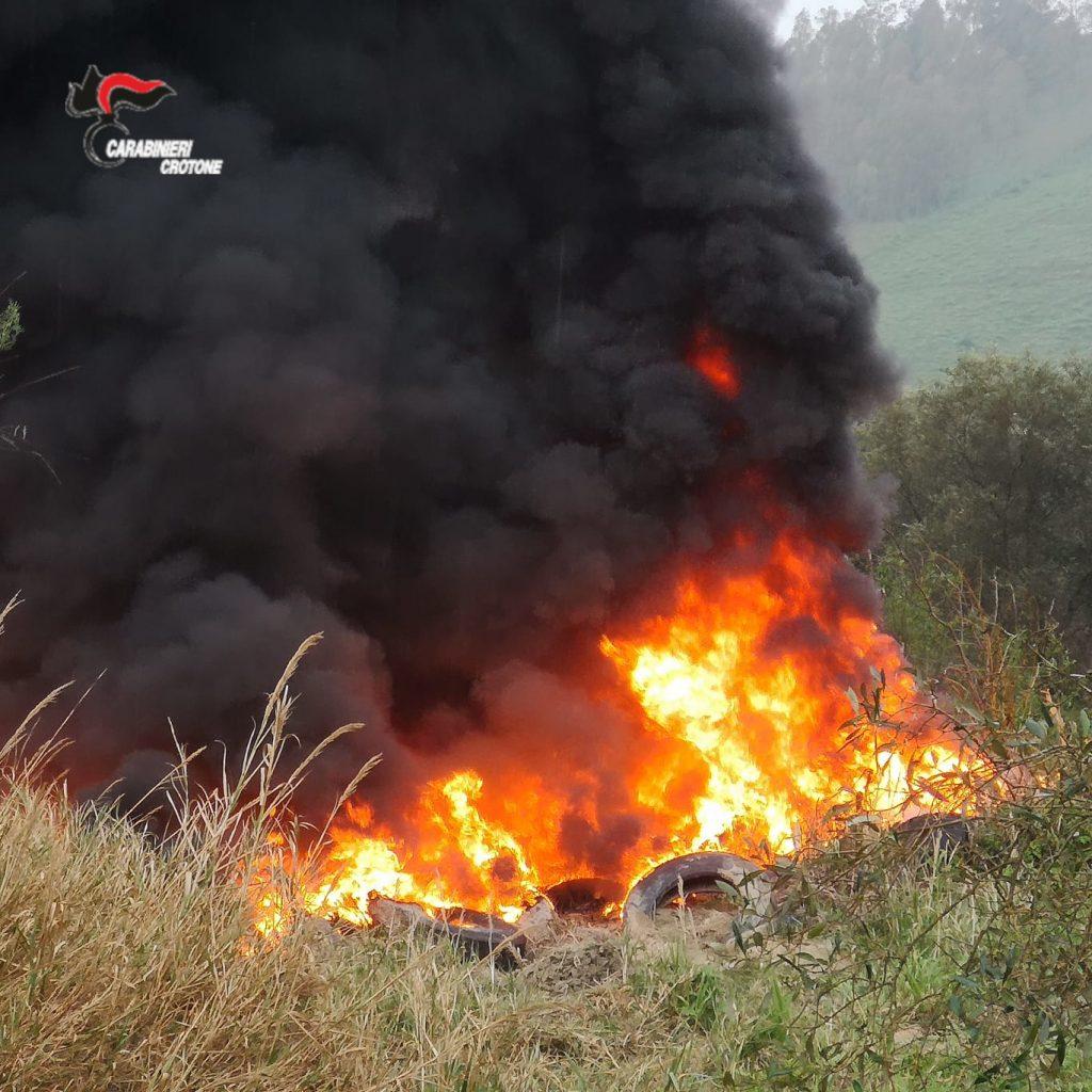 Brucia pneumatici usati, arrestato 57enne a Scandale