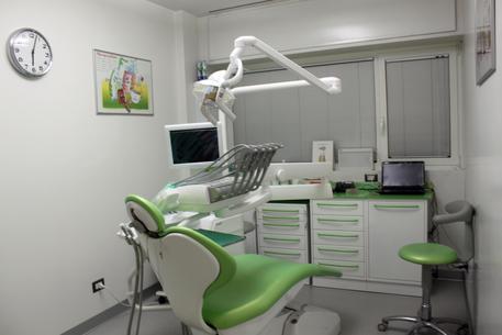 Denunciato dentista abusivo