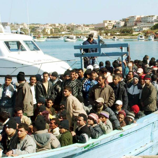 Sono 610 i migranti fatti sbarcare oggi a Crotone