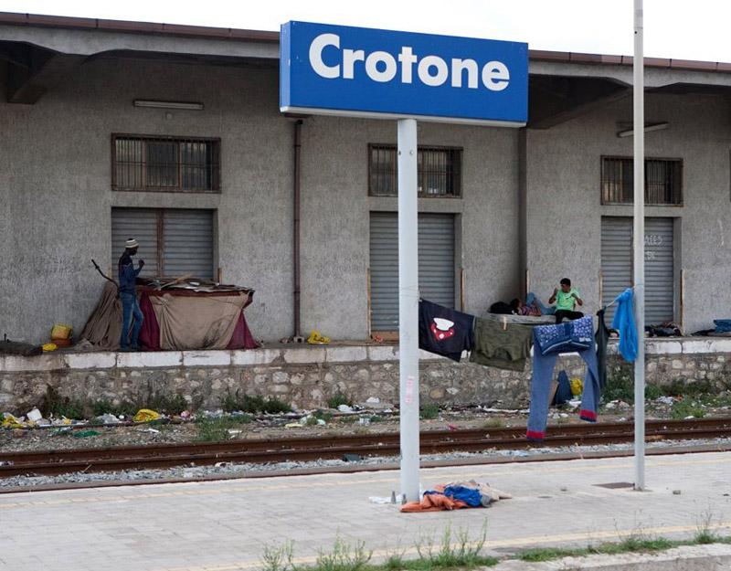 Vagone merci, ricovero di immigrati, in fiamme nella stazione di Crotone