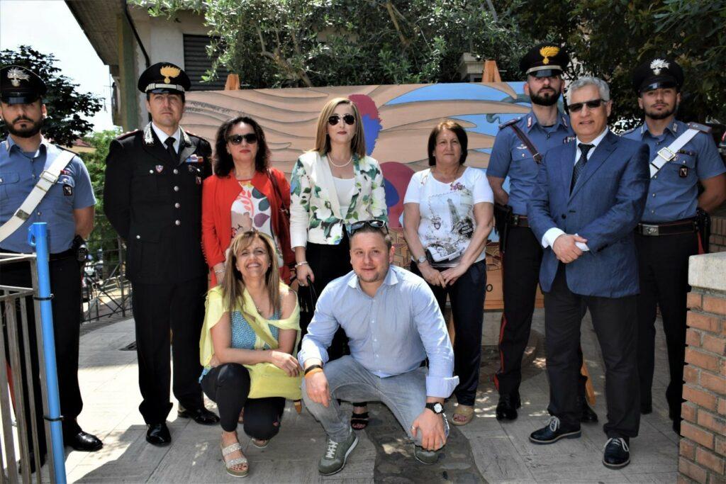 """Consegnata l'opera in legno dai ragazzi dell'Istituto di Istruzione secondaria """"Margherita Hack"""" alla Compagnia Carabinieri"""