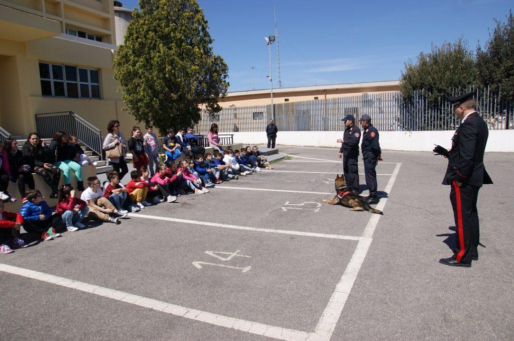 Una scolaresca in visita alla Caserma dei Carabinieri di Crotone