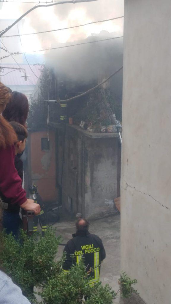 Incendio in un vicolo vicino Corso Roma, tanto fumo e puzza di plastica
