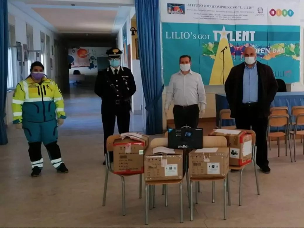 I Carabinieri di Cirò consegnano i tablet agli studenti che così potranno studiare da casa