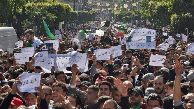 Milhares pedem saída do Presidente na Algéria
