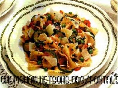 Farfalle con zucchine pomodori e piselli Ricetta Petitchef