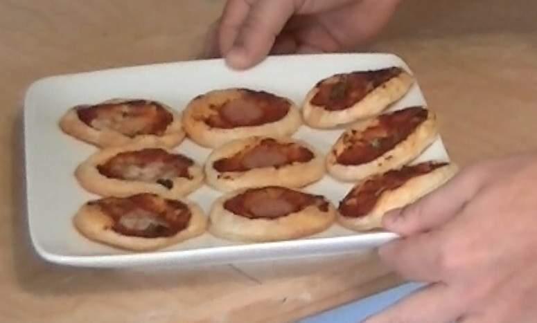Video ricetta pizzette di pasta sfoglia Ricetta Petitchef