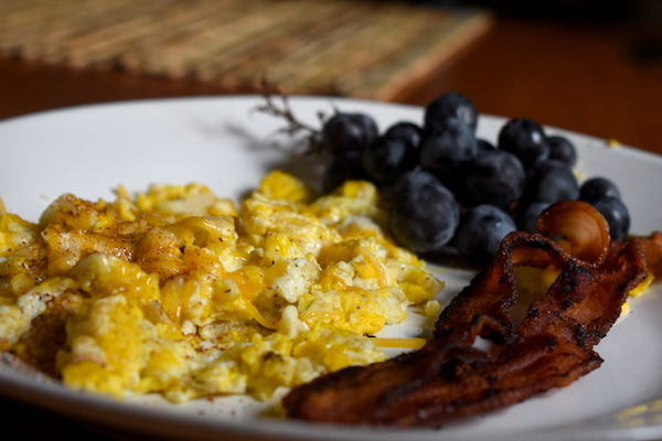 Scrambled eggs with bacon and grapes | Protein-packed, perfect breakfast for a weekday!