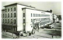 """1955 год. Площад """"Централен"""", дом """"Кудоглу"""" и Централна поща, проектирана и построена през 1939 год. от софийските архитекти И. Йорданов и С. Овчаров"""
