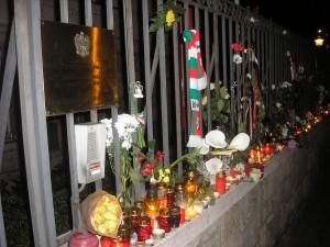 Gyertyák a Lengyel Nagykövetség épületénél