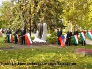 Esterházy János szobra zászlókkal - Tatabánya