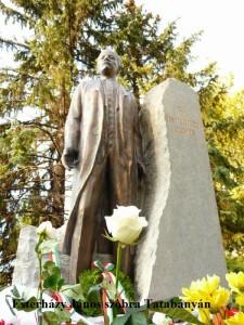 Esterházy János szobra Tatabányán - alulról fényképezve