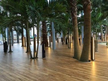 Zona de relaxare de pe marginea piscinei principale unde vor fi şezlongurile.