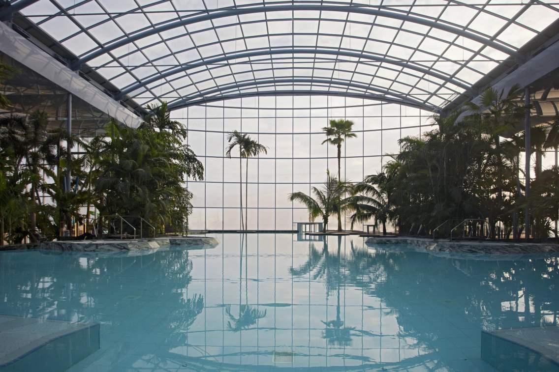 În piscina Palm sunt şezlonguri cu hidromasaj.