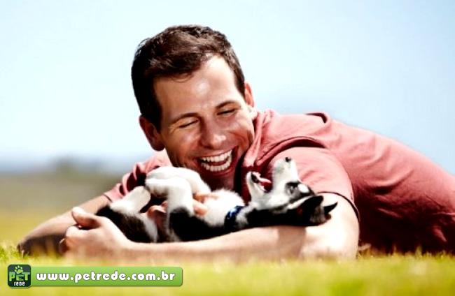 cachorro-husky-com-homem-brincando-petrede