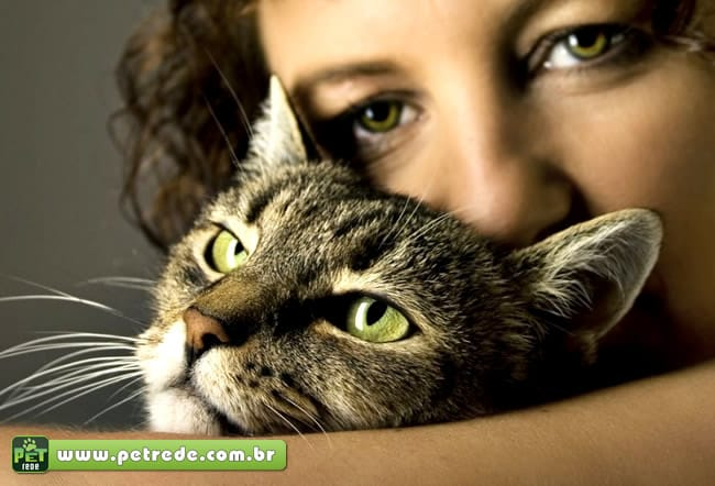mulher-abraco-gato-olhar-petrede